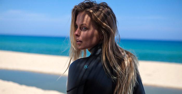 balayage sur cheveux chatain, paysage mer et sable, femme aux cheveux longs avec racines foncées
