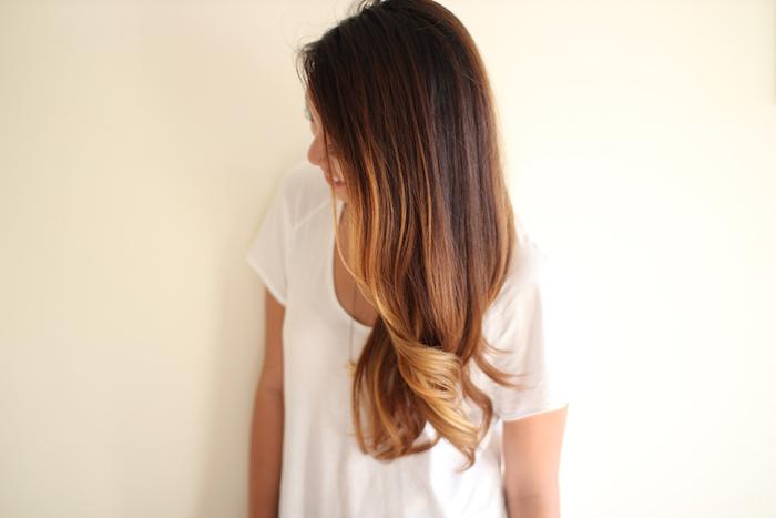 ombre hair, femme aux cheveux longs, coiffure avec racines brunes et pointes blondes bouclés