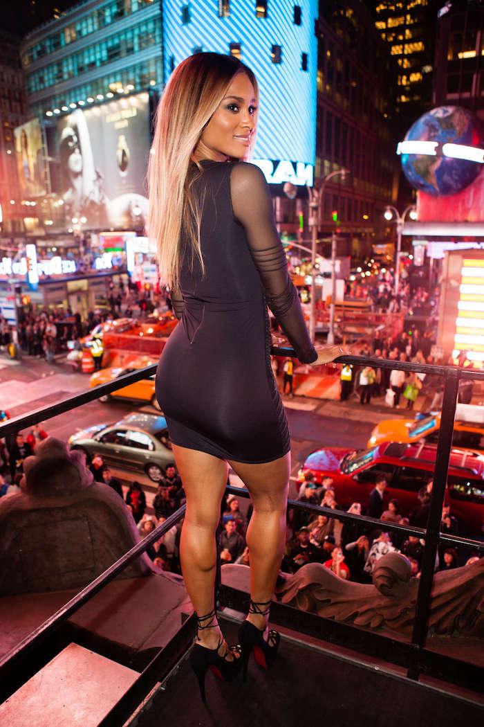 balayage blond sur brune, coiffure célébrité femme, Ciara, robe noire courte avec manches longues transparentes