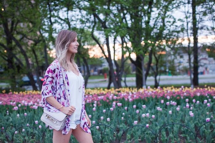 coloration cheveux, sac à main blanc avec poignée longue, shorts en denim et gilet violet, coupe de cheveux mi longs