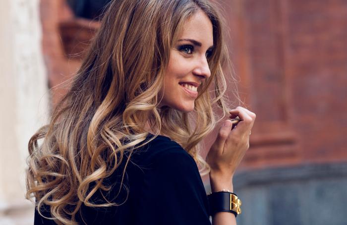 meche blonde, femme souriante aux yeux bleus, coupe de cheveux longs avec pointes bouclés