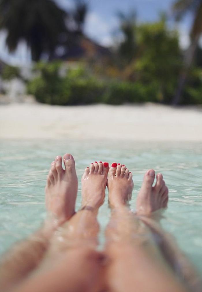 Magnifique photo de couple de dos image amour fou photo pieds dans l eau