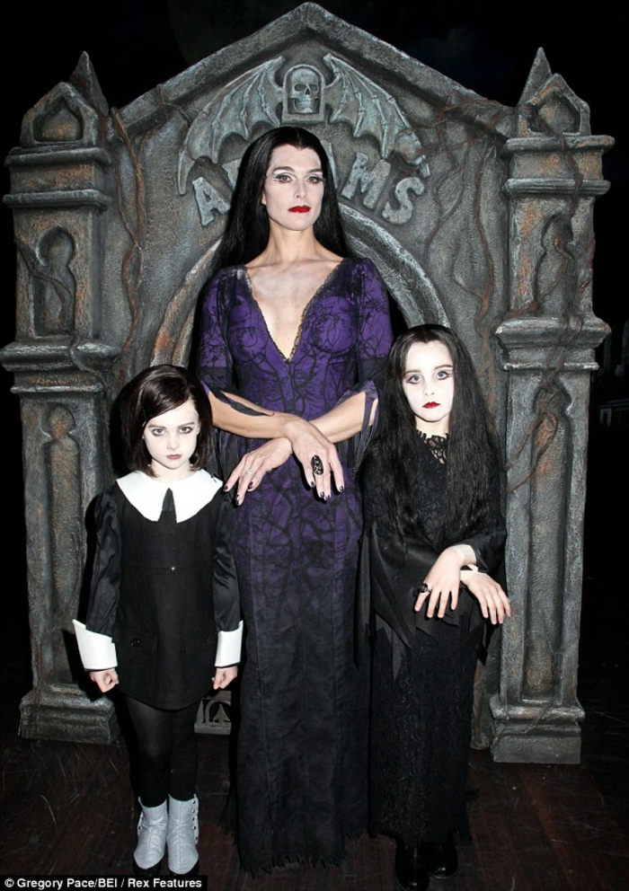Images morticia addams carolyn jones as morticia addams et ses enfants