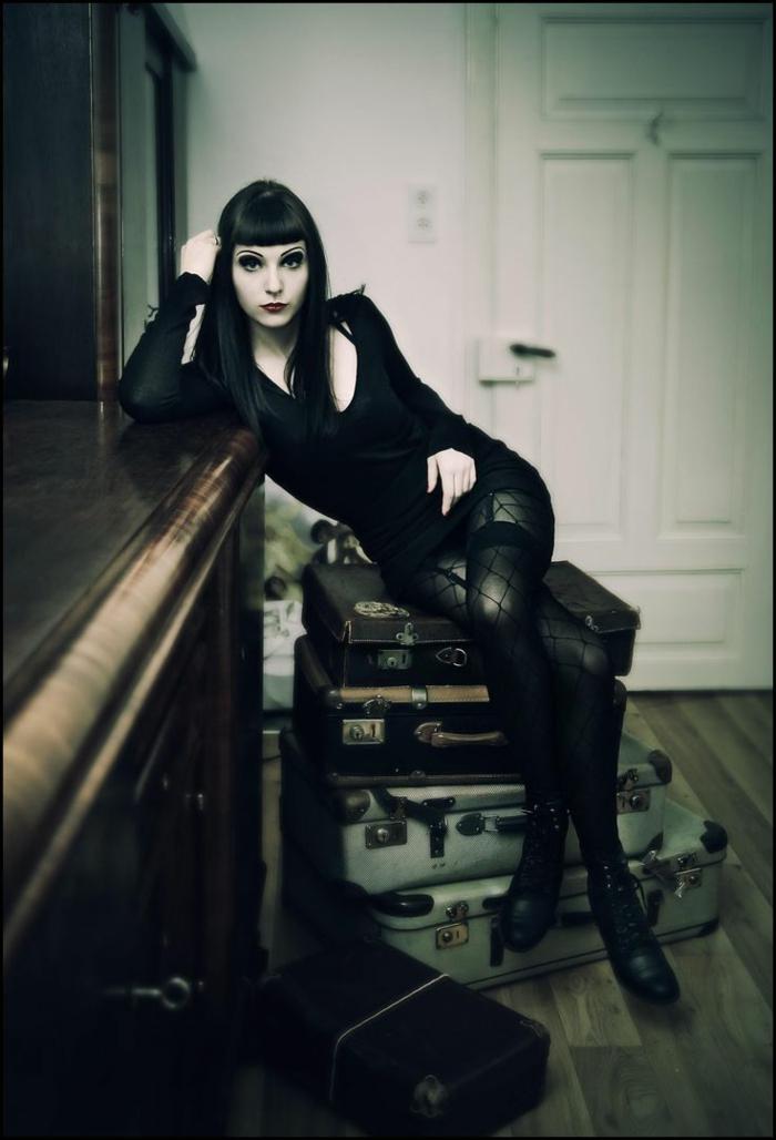 Belle femme morticia addams maquillage halloween spécial gothique culture noir est la couleur principale