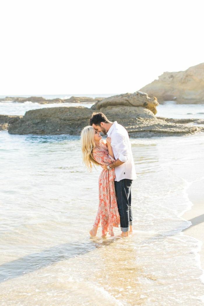 Photo de couple amoureux couples plage photos de couples les pieds dans l eau photo au bord de la mer