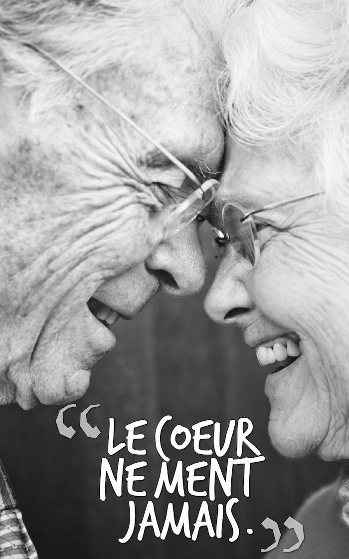 qu est ce que l amour, couple adorable de gens vieux, citation inspirante sur photo blanc et noir