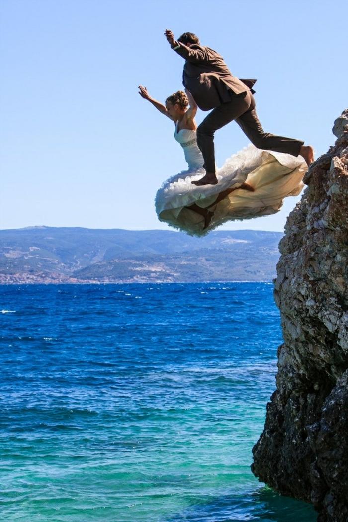 Quelle photo couple amoureux photos romantiques amour couple sauter ensemble dans la mer