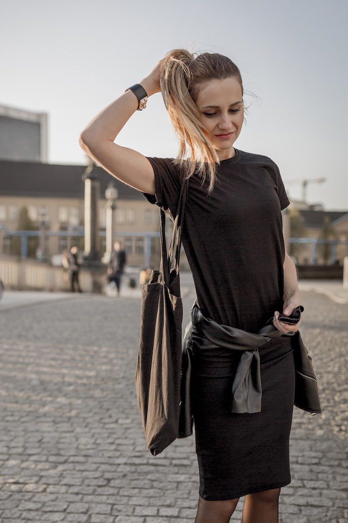 tendances de mode, t-shirt loose et jupe noirs, queue de cheval sur cheveux blond foncé