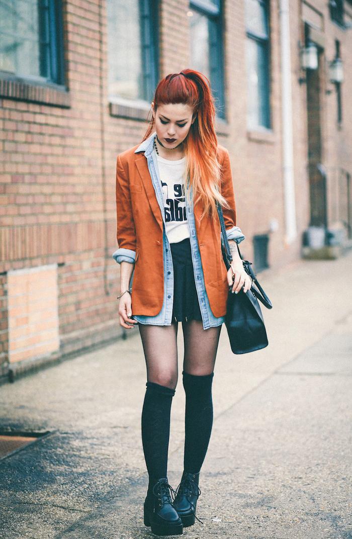 chemise femme, cheveux longs mi attachés, coloration rouge et orange pastel, bottines noires avec lacets