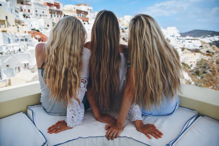 balayage sur cheveux chatain, voyage avec des amies, coupe de cheveux femme longs, coloration blonde sur cheveux brunes
