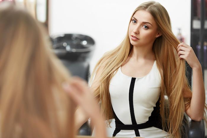 couleur cheveux blond miel, femme aux yeux bleus et maquillage naturel, cheveux longs et lisses