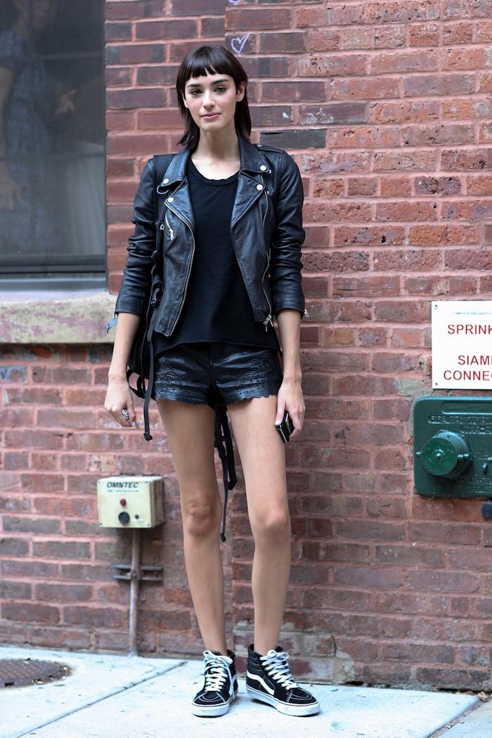 veste simili cuir femme, look rock avec blouse et shorts en noir, maquillage lèvres rose et fard à paupières pêche
