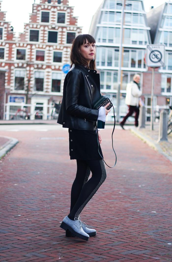 sac cuir femme, coupe de cheveux avec frange en marron, pull over blanc et veste en cuir noir