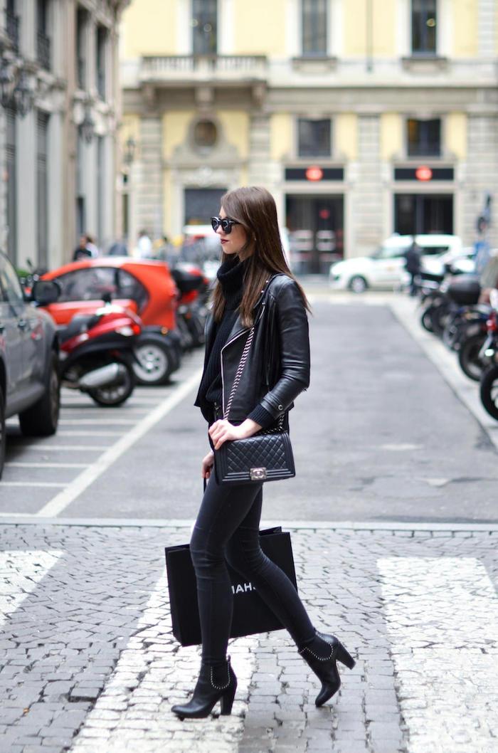 sac cuir femme, look total noir en jeans foncés et pull noir, veste en simili cuir avec bottines noires