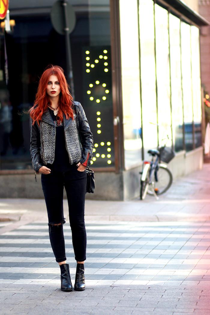 pantalon-femme-noir-veste-en-cuir-style-rock-sac-a-main-en-cuir-nor-cheveux-longs-bouclés