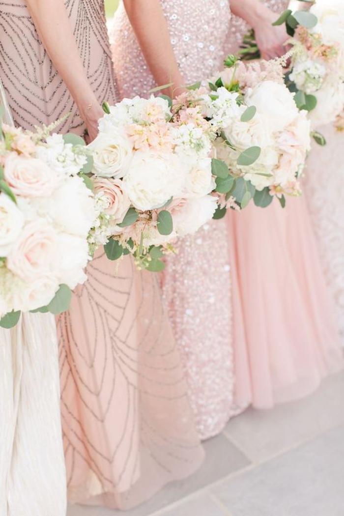 les bouquets identiques sont une jolie manière d'harmoniser les looks des filles d'honneur vêtues en robes dépareillées