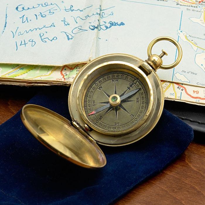 un boussole vintage doré, idée cadeau grand père original à chercher chez les brocantes