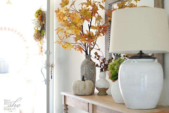 deco automne a faire soi meme, un bouquet de branches et feuilles morts dans un vase de fleur, citrouille