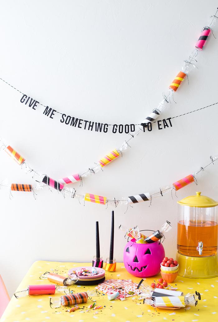 une décoration pour halloween originale en guirlande de bonbons diy fabriqués à partir de tubes de papier toilette recyclés