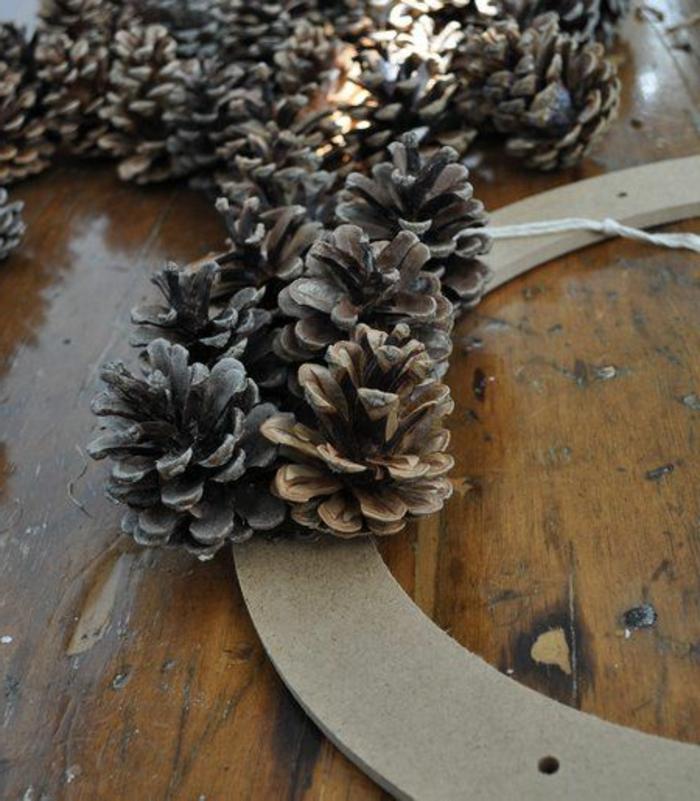 bricolage de noel facile, couronne de matériaux naturels, fabriquer des choses originales