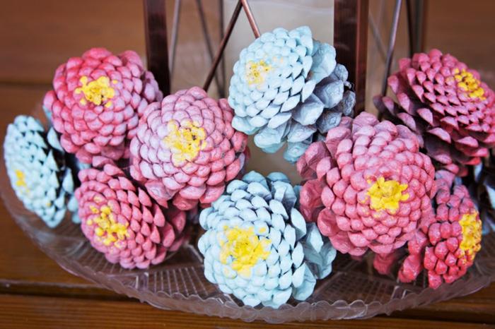 bricolage de noel, centre de table en cones de pins roses et bleues, créer des décorations originales