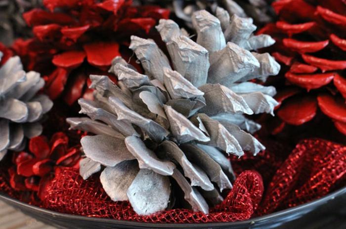 bricolage de noel facile, décoration créative avec des cones de pin rouges et blancs