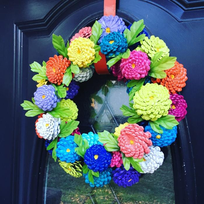 bricolage de noel facile, une couronne de cônes colorés accrochée à la porte d'entrée