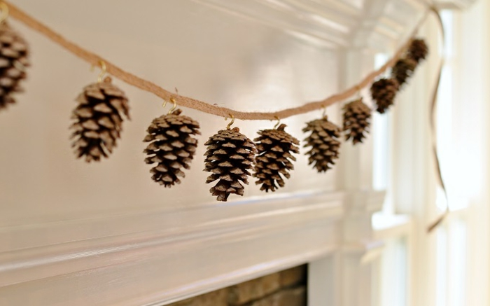 bricolage de noel facile, guirlande originale esprit nature faite avec des cônes de pin