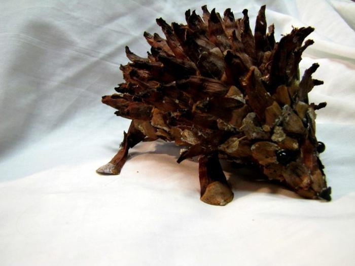 bricolage de noel, hérisson en cône de pin réalistique, création d'objets diy