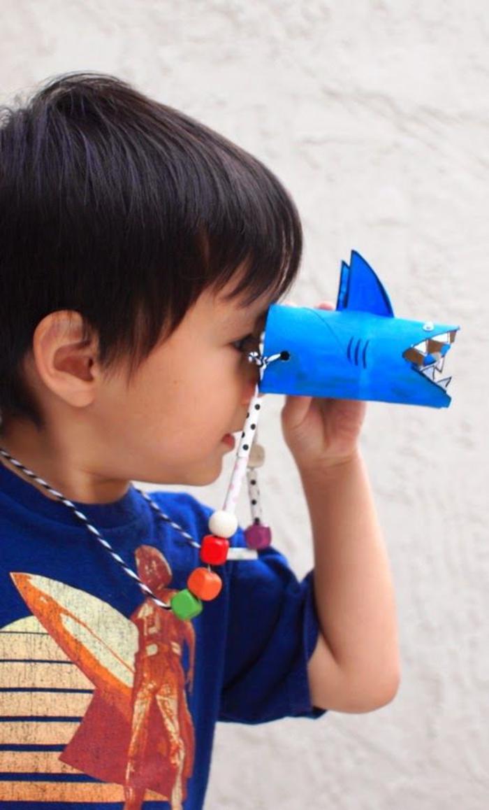 idée pour un bricolage a faire avec les enfants, des jumelles en tubes carton recyclés en forme de requins