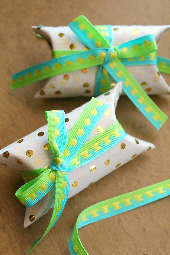 jolie idée pour un bricolage a faire avec des tubes en carton recyclés, de petites boîtes à cadeaux décorées avec des rubans