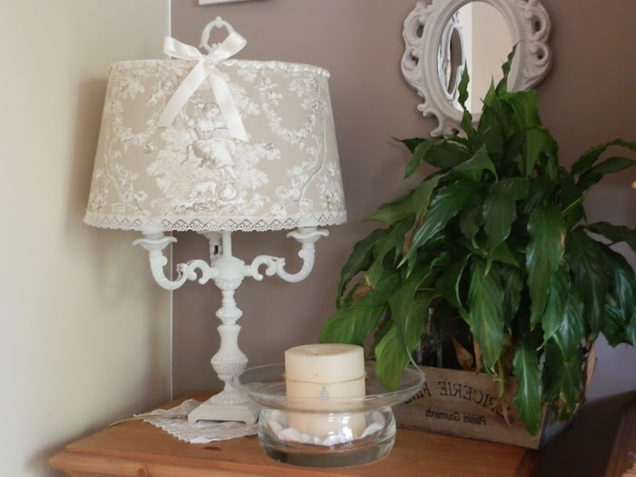 activité créative, murs peints en taupe et beige, petit miroir en cadre vintage, table de chevet en bois