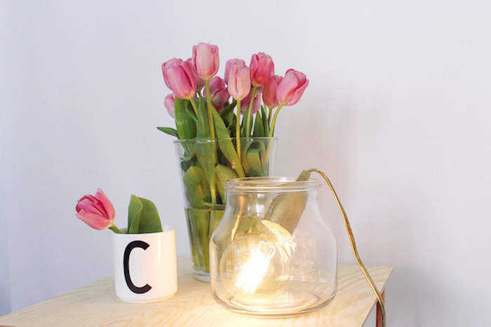 déco de chambre fille, bureau en bois claire, bouquet de tulipes rose dans une vase en verre
