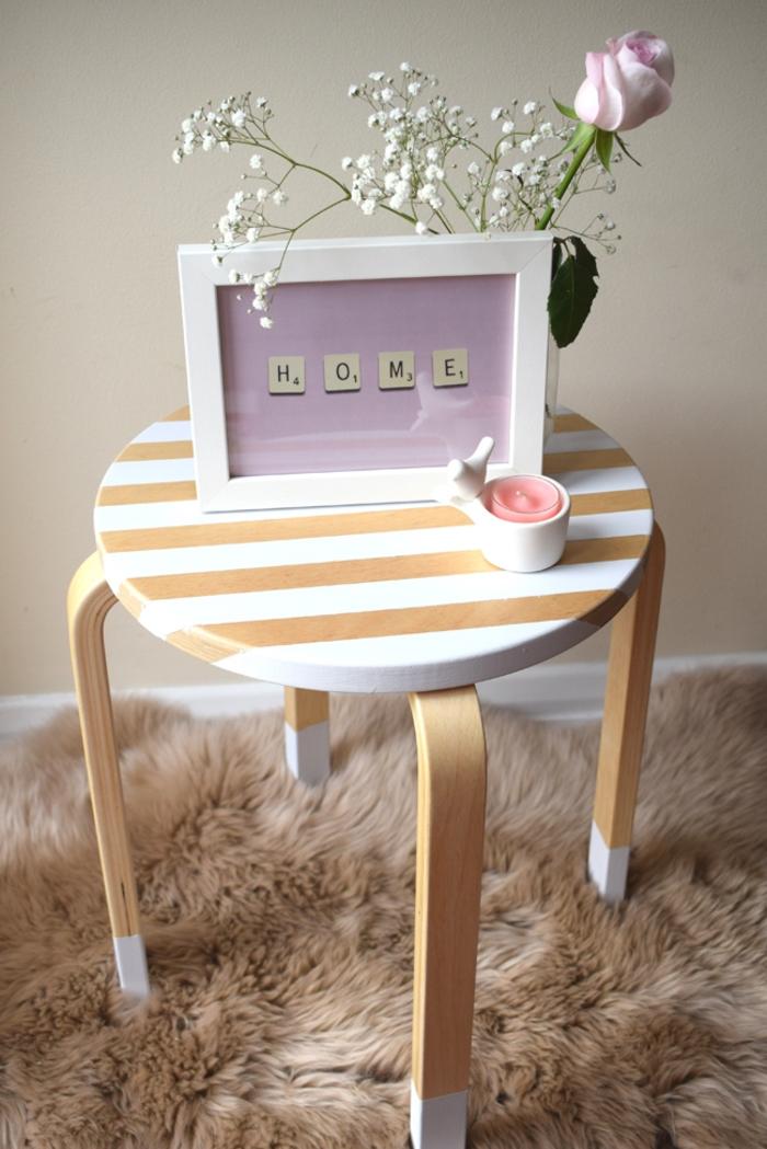 comment customiser un meuble pour lui donner un aspect tendance, petite table basse à rayures blanches