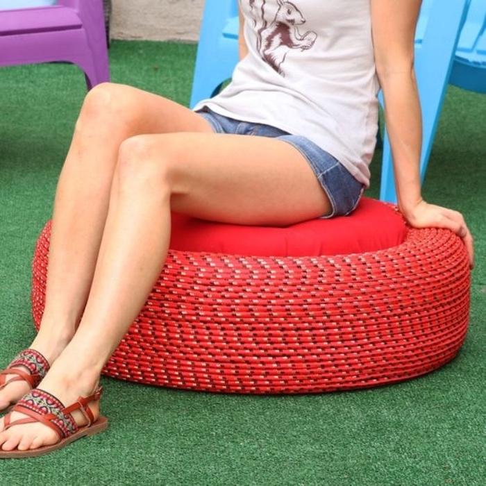 idée deco recup, comment recycler un pneu pour le transformer en assise avec coussin rouge, bricolage facile