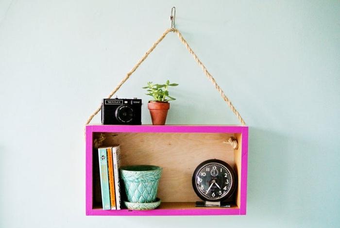 idée comment faire une etagere cagette suspendues à partir une caisse de bois, au bord repeint et corde épaisse de suspension