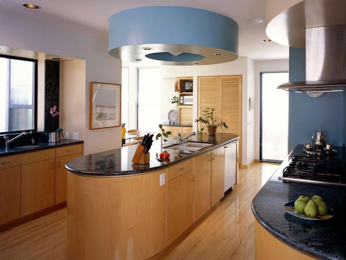 idee deco cuisine, ilot central en bois avec comptoir noir, évier oval en onyx, rangement de cuisine en bois