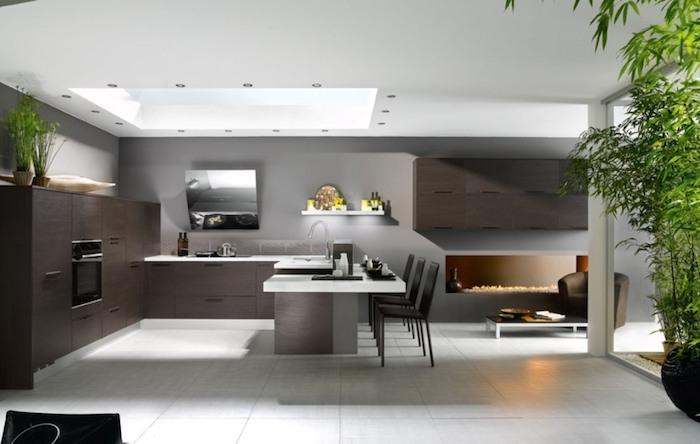 cuisine semi ouverte, plafond blanc avec fenêtre, meubles de cuisine marron sans poignées