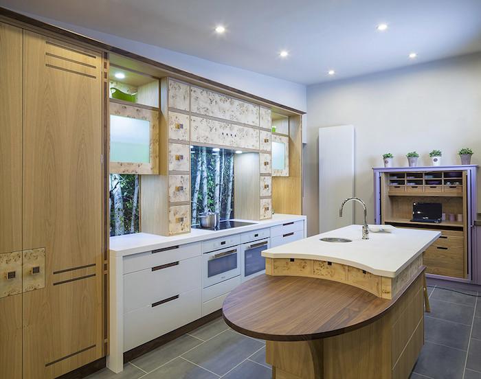 decoration interieur, ilot central avec comptoir blanc et armoires en bois clair, plafond blanc avec éclairage led