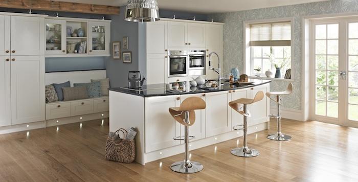 meuble cuisine, sac à main en fibre végétale, coin de repos en bois peint en blanc, papier peint en bleu à motifs floraux