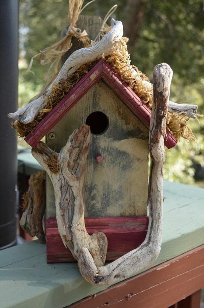 cabane oiseau design naturel décoré avec du bois flotté, toiture rouge
