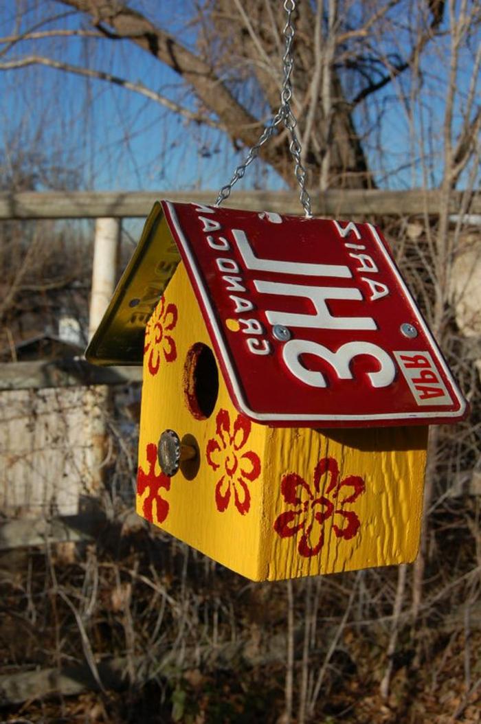 cabane oiseau, maisonette oiseaux jaune avec toit plaque d'immatriculation