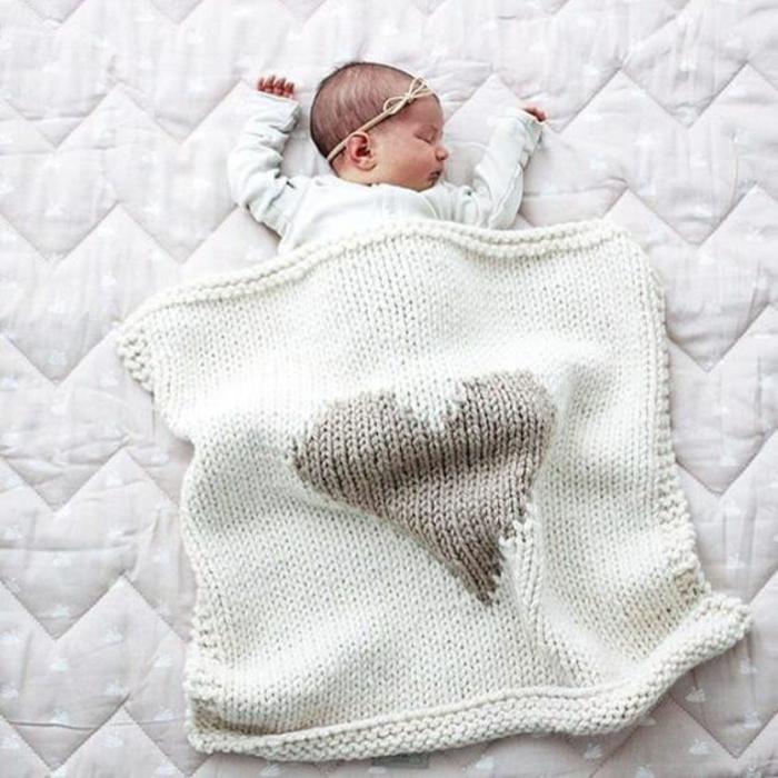 cadeau naissance personnalisé couverture en laine blanche tricotée avec un grand coeur gris devant