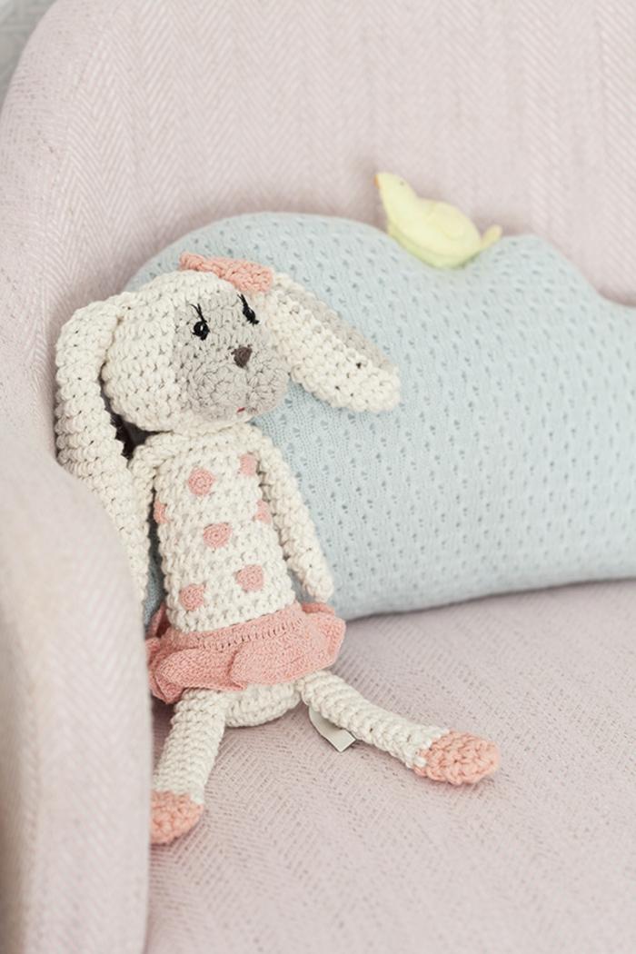 cadeau bébé fille lapinou au crochet cadeau personnalisé lapinou avec jupe et noeud coquin sur l'oreille