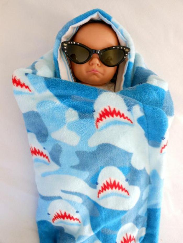 cadeau naissance original avec des requins dans la mer bleue un cocoon douillet et chaud