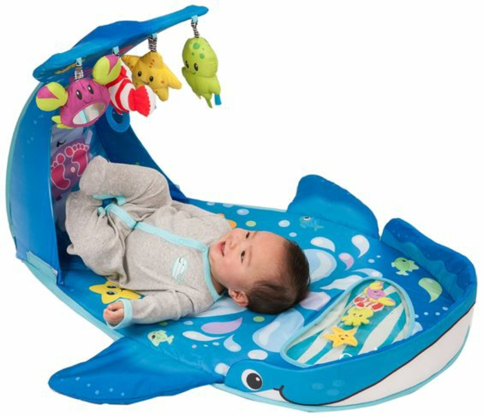 cadeau de naissance original un tapis d'éveil pour jouer couché avec des animaux en peluche suspendus