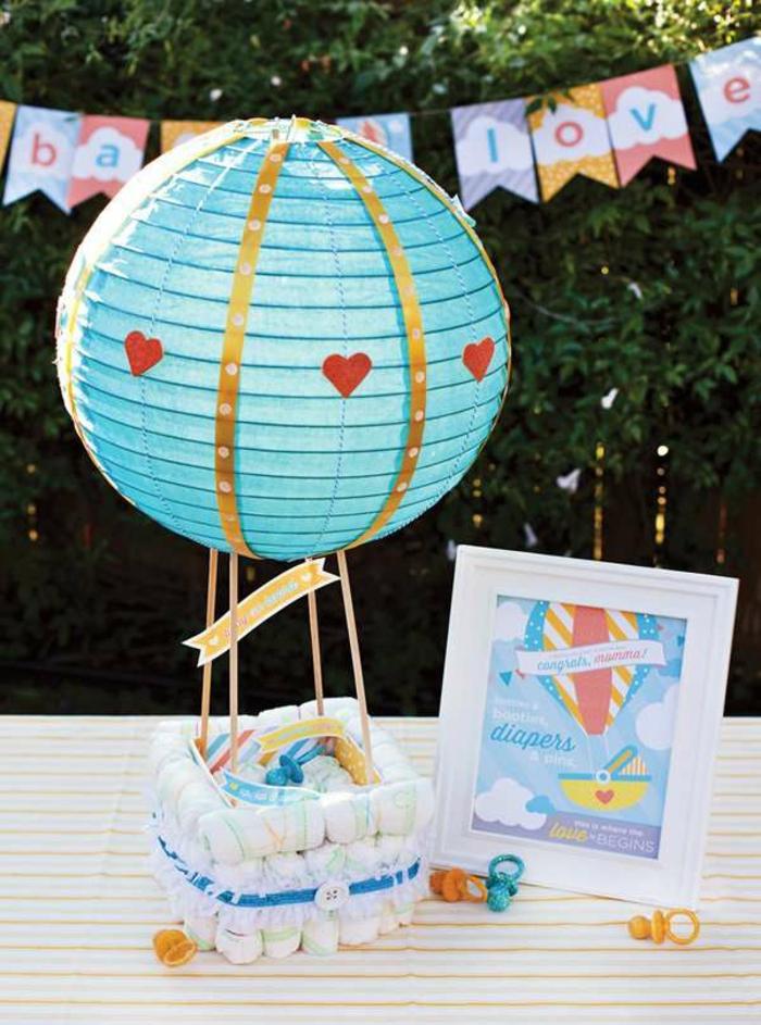 cadeau naissance personnalisé en forme de mongolfière bleu turquoise avec des couches enroulées autour et un cadre blanc pour première photo