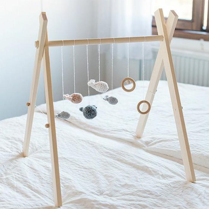 cadeau de naissance original jeu d'éveil en bois avec des petits animaus et poissons suspendus réalisés au crochet et des cercles en bois