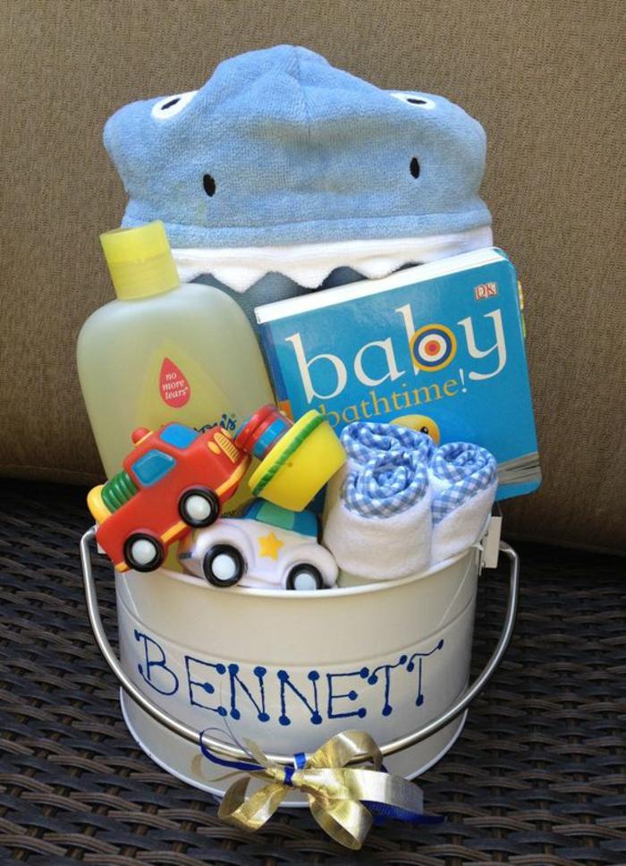 idée cadeau bébé garcon Bennett un set avec peignoir de bain hyppo des jouets de bain et de l'huile