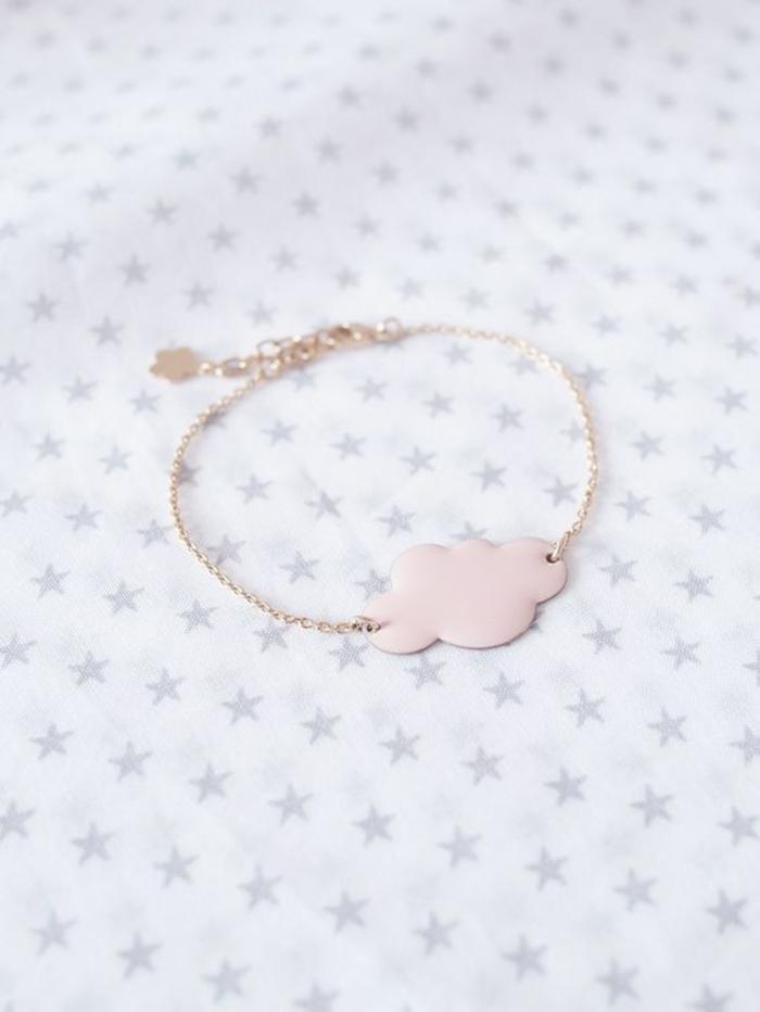 cadeau de naissance original un bracelet en or ou doré pour fillette en forme de nuage avec petite fleur